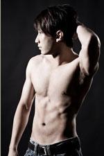 強く逞しい筋肉がついた男性